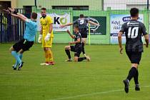 Jakub Šípek (č. 9) se raduje z úvodního hradeckého gólu na hřišti Líšně.