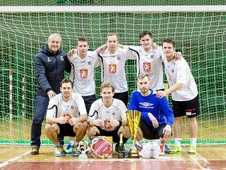 Šťastní vítězové. Hráči Gist teamu dokázali ve finále vymazat tříbrankové manko a následně ovládli penalty.