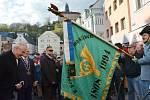 Prezident Miloš Zeman se před příchodem na náchodskou radnici poklonil praporu historických jednotek.