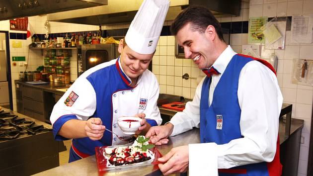 Václav Hvězda a David Rott, hradečtí kuchaři, budou vařit pro olympijskou výpravu v Pekingu.