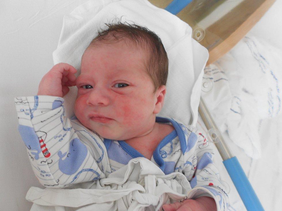 MAXMILIÁN LEBDUŠKA se narodil 15. července ve 3.33 hodin. Měřil 50 cm a vážil 3150 g. Potěšil své rodiče Šárku Kopeckou a Petra Lebdušku z Uhřínovic. Doma se těší sestřička Magdaléna. Tatínek byl u porodu a zvládl to dobře.