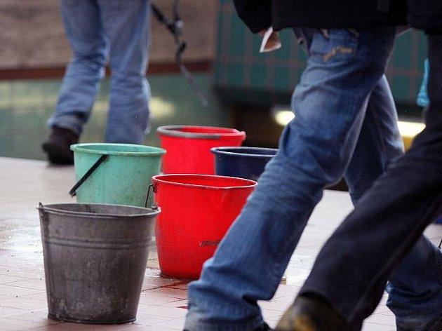Na hradeckém nádraží se řeší problém se zatékáním kbelíky.