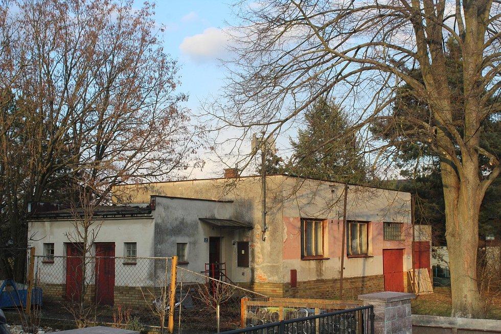 Objekt bývalého místního národního výboru v Roudničce s nevyužívanou hasičskou zbrojnicí. Tady má vyrůst Domov pro osoby se zdravotním postižením.