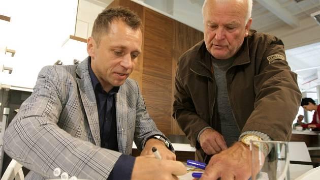 Ivo Ulich při autogramiádě v Hradci Králové.