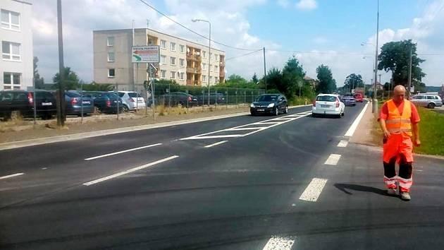 Zrekonstruovaná silnice vedoucí z Hradce Králové do Slatiny.