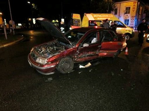 Dopravní nehoda dvou osobních automobilů na křižovatce Střelecké ulice a třídy Karla IV. vHradci Králové.