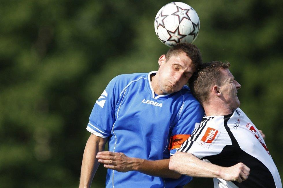 Sokol Živanice - FC Hradec Králové. Kapitán Živanic Roman Jůn (vlevo).
