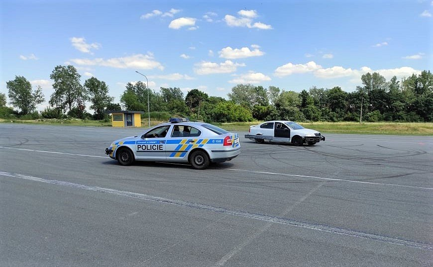 Policisté se učí zacházet s novou zbraní – mobilním beranidlem