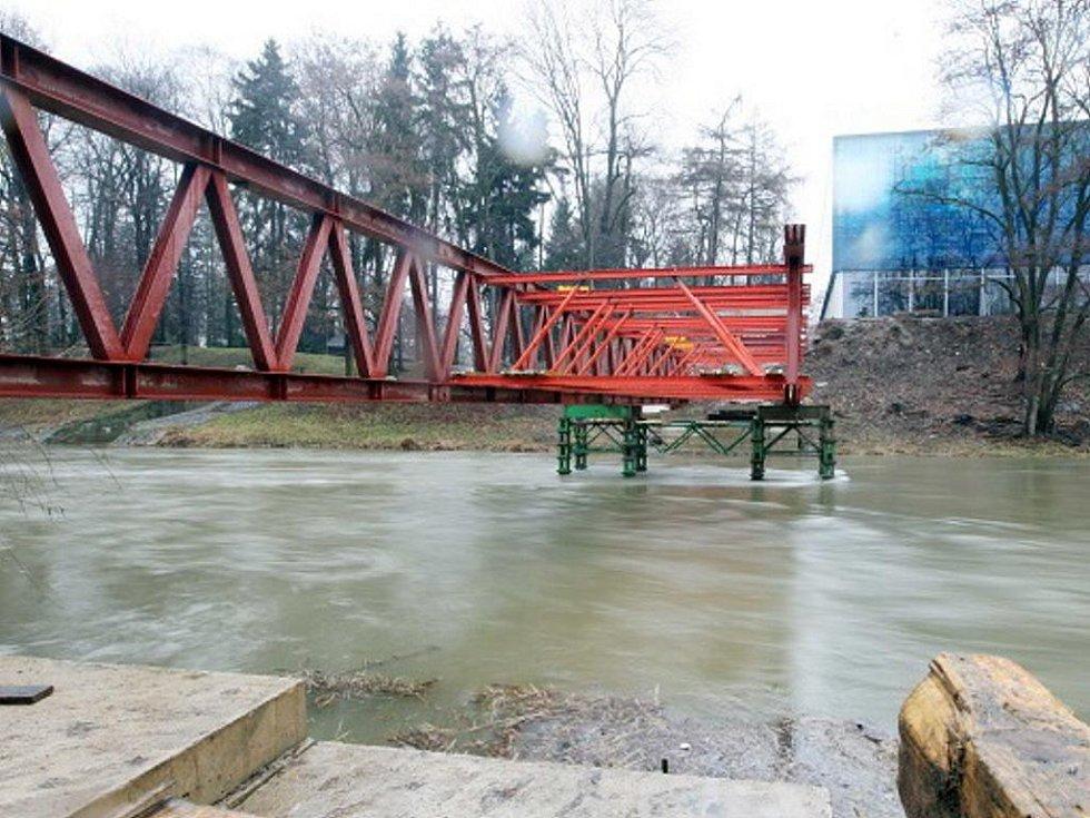 Vznikající lávka pro pěší přes řeku Orlici poblíž hradeckého zimního stadionu.
