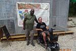 Učitel angličtiny v Pardubicích Kofi z Ghany v parku Na větvi v hradeckých lesích spolu s autorem snímku.