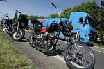 Zadržené motocykly na silnici mezi Hradcem Králové a Pardubicemi.