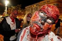 Recese: průvod oživlých mrtvol od hradeckého nádraží ke stadionu (15. listopadu 2010).
