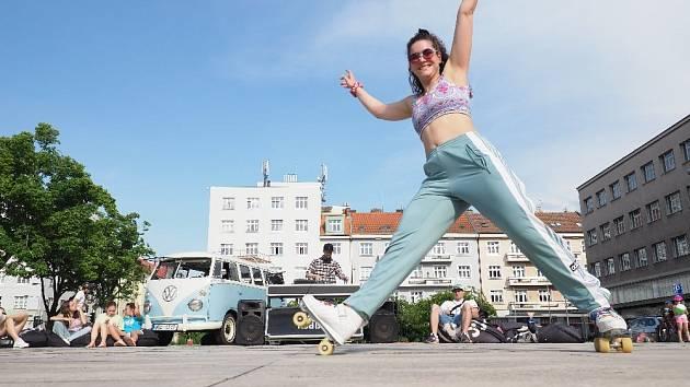 Taneční akce Jam & Roll rozzářila Ulrichovo náměstí.