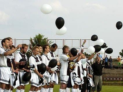 Vzpomínkové utkání na hradeckého fotbalistu Karla Urbánka, který nedávno zemřel po těžké nemoci ve věku 35 let.