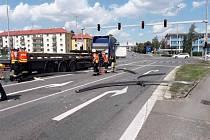 Náklad spadlý z kamionu na hradeckém silničním okruhu.