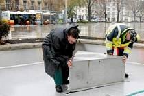 Pracovníci technických služeb při vypouštění a konzervování fontány na hradeckém Ulrichově náměstí.