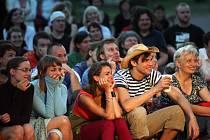 NEOPAKOVATELNÁ ATMOSFÉRA zdobí tradiční festival Divadlo evropských regionů v Hradci Králové. Na deset dnů se kromě tradičních sálů stanou jevištěm mnohé ulice a zákoutí krajské metropole. V žebříčku návštěvnosti akcí v kraji přehlídka nemá konkurenci.