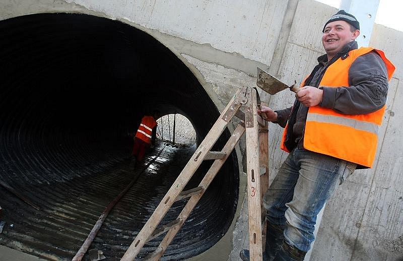 Stavba nového mostu v Třebši v Hradci.