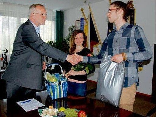 Martin Šimeček a Adéla Platková u primátora města Zdeňka Finka.