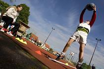 Okresní kolo projektu Odznak všestrannosti olympijských vítězů na hřišti u hradecké ZŠ Štefcova.
