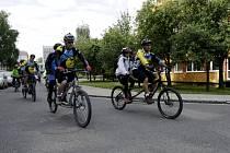 Skupina složená hlavně z izraelských nevidomých na cyklostezkách na Královéhradecku.