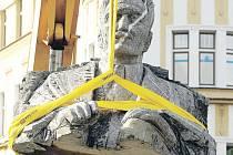 SOCHA STAROSTY Františka Ulricha včetně slunečních hodin se včera přestěhovala z náměstí Svobody v Hradci Králové do areálu technických služeb.