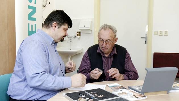 Zájemce o vyšetření sluchu při konzultaci s odborníkem.