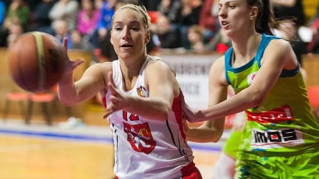 Ženská basketbalová liga: Sokol Hradec Králové - IMOS Brno.