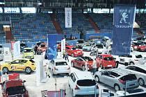 Na hradeckém Zimním stadionu začal v pátek odpoledne 19. ročník Východočeského autosalonu. Čtyřicet vystavovatelů tady představuje zhruba devadesát novinek na českém motoristickém trhu.