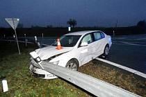 Dopravní nehoda dvou osobních automobilů u sjezdu z dálnice D11 v katastru obce Olešnice.