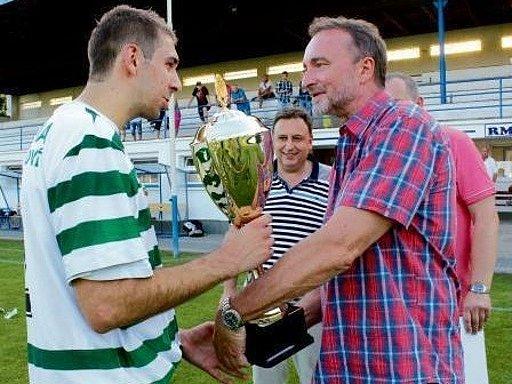 Kapitán fotbalistů hradecké Olympie Michael Mařas s trofejí z rukou senátora Miroslava Antla za vítězství v Superpoháru.