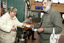 Polévka na Štědrý den podávaná na hradeckém nádraží.