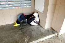 """""""Unavený"""" občan spící venku na mrazu."""
