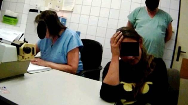 Opilá studentka na protialkoholní záchytné stanici.