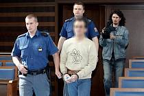 Obžalovaný si u soudu stojí pevně za svým. Nic prý neudělal a poukazuje na matku dívky, která mu údajně dělá naschvály.