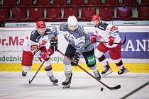 Hokejisté Hradce Králové (v červenobíločerném) zvítězili na ledě Karlových Varů 4:2.