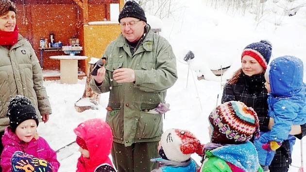 František Bárta při ukázce odchycených ptáků.