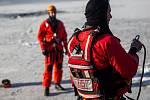 Výcvik leteckých záchranářů HZS společně s leteckou záchrannou službou. Záchranáři cvičili vyproštění osoby, pod kterou se probořil led, pomocí vrtulníku. Cvičení probíhalo v Hradci Králové nedaleko heliportu LZS.