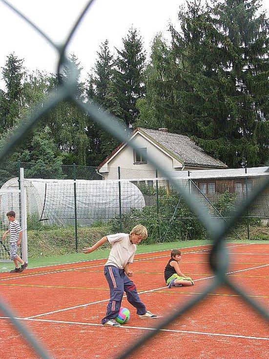 Slavnostní otevření nového všesportovního a dětského hřiště v Sověticích na Hradecku.