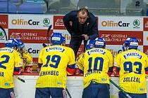 Trenér Václav Prospal udílí svým svěřencům pokyny během zápasu v Hradci Králové, kde Motor prohrál hladce 1:6.