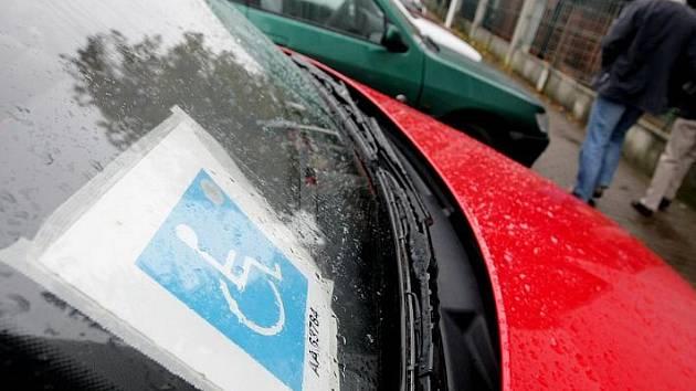 Karty pro invalidy, které usnadňují parkování ve městě.