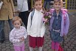 TEREZA ANDRÝSKOVÁ Do školy šla Terezka v bílém, nastoupila do 1.A. Její sestřenice Katka a Dorotka ji doprovázejí.