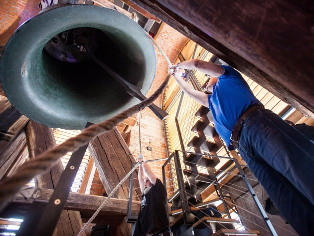 Zvon v královéhradecké Bílé věži. Ilustrační fotografie.
