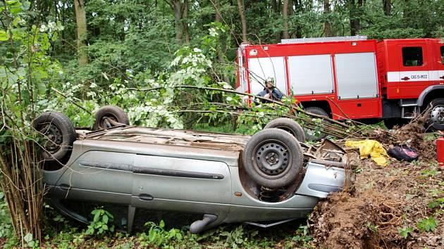 Havárie osobního vozidla zn. Renault Megane na silnici č. II/323 mezi obcemi Suchá a Staré Nechanice.