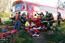K hrůzostrašnému střetu osobního vlaku s autem došlo v úterý ráno na trati mezi Zachrašťany a Lukovou na Hradecku.