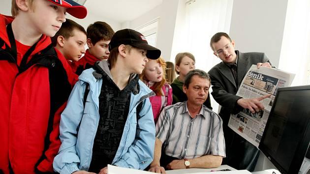 Děti ze Základní školy Štefánikova se přišly podívat, jak se dělají noviny.