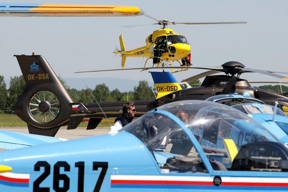 Helicopter show na letišti v Hradci Králové.
