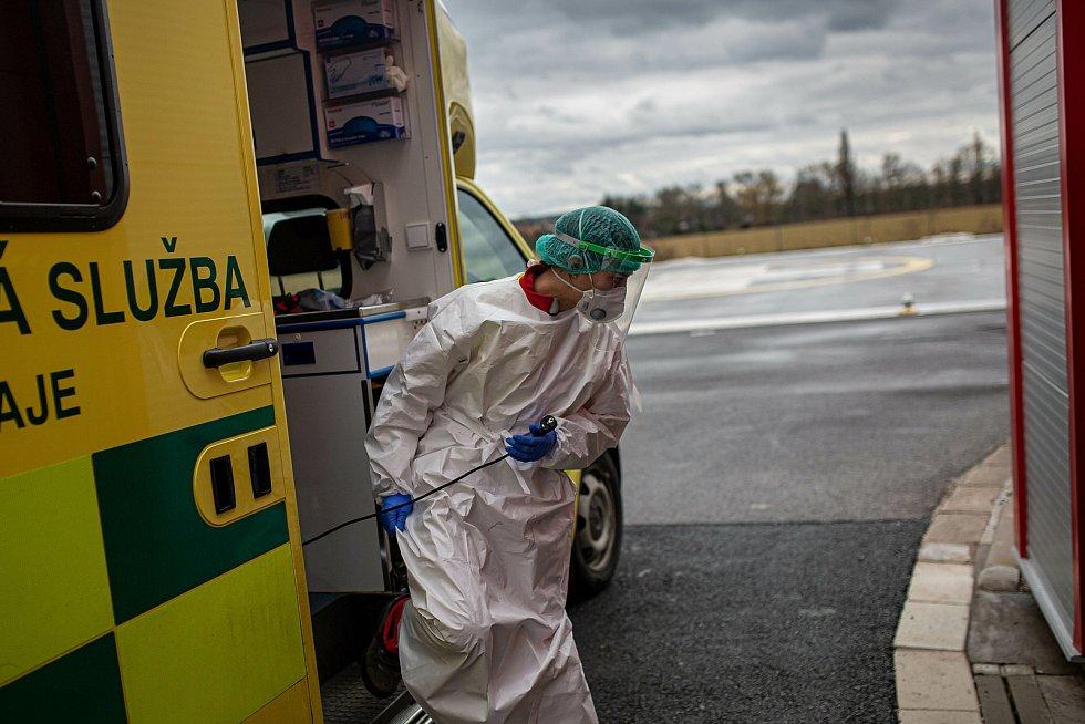 Zdravotnická záchranná služba v Královéhradeckém kraji jezdí k mnoha případům ve spojení s onemocněním Covid-19. Po každém výjezdu musí posádka provést důkladnou dekontaminaci sebe i sanitního vozu.
