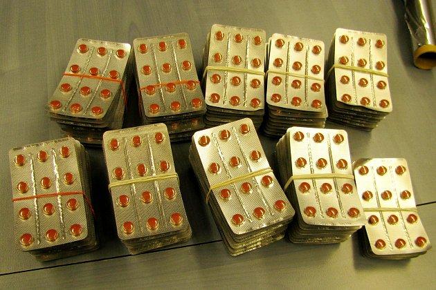 Více než dva tisíce tablet léků obsahujících pseudoefedrin zajistili vminulých dnech královéhradečtí celníci při jedné ze svých preventivních kontrol vpříhraniční oblasti.