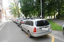 Neobyčejně těsné parkování dvou automobilů.